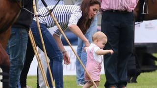 Taps, taps, taps: Baby George lernt laufen