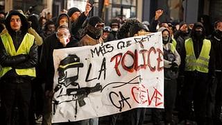 «Gilets Jaunes» protestieren gegen Polizeigewalt