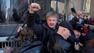 Ein Video wirft Premier Medwedew ein durch Korruption finanziertes Luxusleben vor. Es hat Tausende Russen auf die Strasse getrieben.
