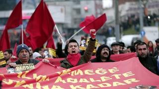 Türkische Polizei löst Demonstration mit Gewalt auf