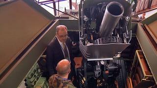 VBS-Chef Guy Parmelin inspiziert zu beschaffendes Armeematerial