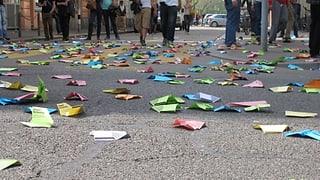 Mit bunten Papierfliegern gegen die Gewalt