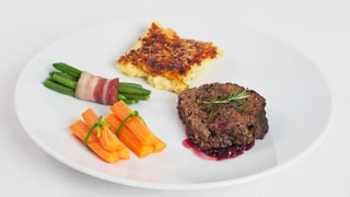 Wildschweinhackbraten an Pinot-Noir, Kartoffelgratin, Gemüse
