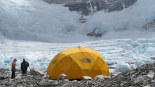 Ueli Steck: «80 bis 100 Sherpas standen vermummt vor meinen Zelt»