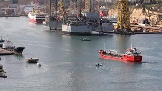 Frachter mit Migranten erreicht Hafen von Malta