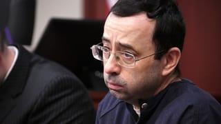 Der ehemalige Arzt der US-Turnerinnen Larry Nassar ist wegen massenhaftem sexuellen Missbrauch verurteilt worden.