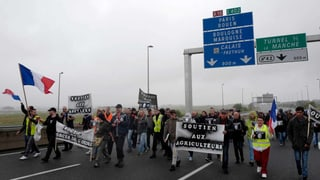 Hunderte protestieren gegen Flüchtlingslager von Calais