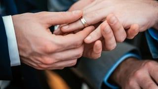 Darf Frau mit Frau oder Mann mit Mann vor den Altar treten? Darüber herrscht in der Kirche Uneinigkeit.