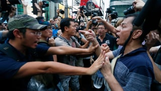 Gegendemonstranten attackieren Hongkonger Aktivisten