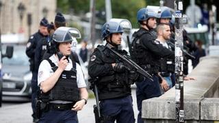 Angreifer versetzt Hunderte Menschen in Paris in Terrorangst
