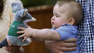 Prinz George kann sich vor Geschenken nicht retten
