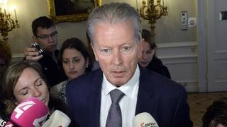 Österreichs Vize-Kanzler Reinhold Mitterlehner zieht sich von allen Ämtern zurück – trotzdem sieht Bundeskanzler Christian Kern keinen Grund für Neuwahlen.