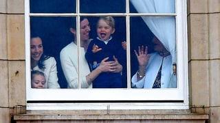 Prinz George stiehlt bei Parade für Queen allen die Show