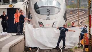 Mann stösst Bub vor fahrenden Zug