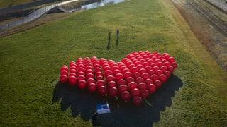 Alpeninitative macht mit Ballonen auf die Verlagerung aufmerksam