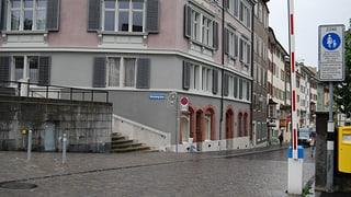 Die Stadt Zürich demontiert die Nachtbarrieren. Lesen Sie, weshalb und wie die Quartierbevölkerung reagiert.