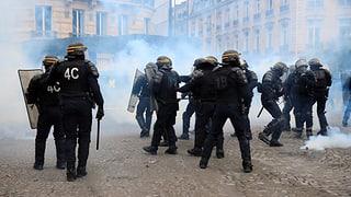 Mann wird bei Demonstration in Paris schwer verletzt