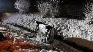 Glätte und Schneefall blockierten Strassen und Schienen