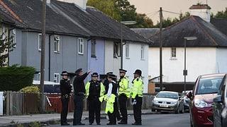 In Dover und Sunbury fanden Durchsuchungen statt. Die Polizei nahm einen 18-jährigen wegen Verdachts auf Terrorismus fest.