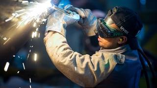 Konzerne bauen Jobs ab und stellen mehr Ausländer ein