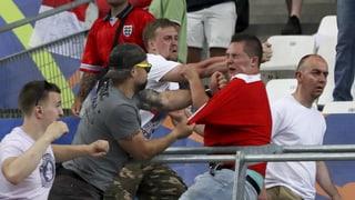 Cravals da fans - UEFA avertescha la Russia e l'Engalterra
