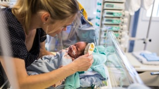 Sind Babys wochenlang im Spital, gibt es länger Geld für Mütter