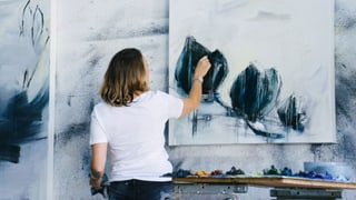 Zwei Künstlerinnen erzählen, warum es für Künstlerinnen schwierig ist, Mutter zu sein.