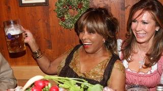 Mit Mass aber ohne Dirndl: Tina Turner am Oktoberfest