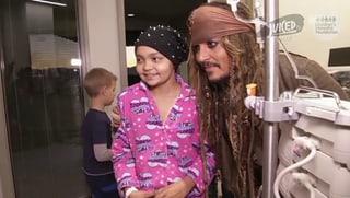 Johnny Depp besucht als Jack Sparrow kranke Kinder im Spital
