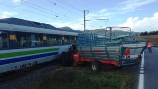 Traktor kollidiert auf unbewachtem Bahnübergang mit Zug