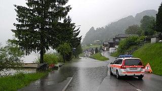Hochwasser und Hangrutsche blockieren Verkehrswege