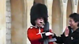 Rüffel statt Lacher: Hier tickt ein Wachmann der Queen aus
