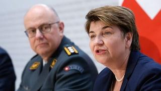 Viola Amherd präsentiert den Einkaufszettel der Armee