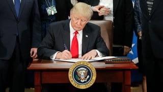 Gericht lockert Trumps Einreiseverbot