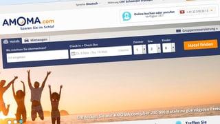 Reisebüro-Webseite schaut beim Buchen zu