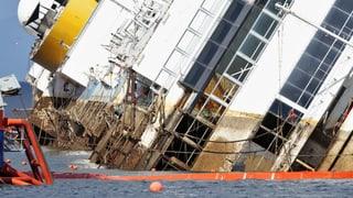 «Costa Concordia» taucht im Morgengrauen auf