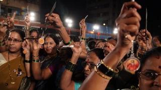 Indische Frauen erhalten Messer von einer Rechtspartei
