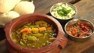 Scharfe Linsensuppe mit Kürbis, Tomaten und grünen Bohnen: Sambar