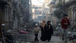 Frauen und Kinder warten auf Evakuierung aus Homs