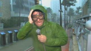 So beängstigend der Hurrikan für die Bevölkerung ist, inszeniert wird er von den US-Fernsehstationen als Spektakel.