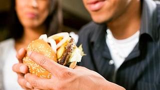 Soll Essen in öffentlichen Verkehrsmitteln verboten werden? (Artikel enthält Audio)