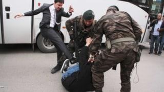 Erdogan-Berater tritt auf Demonstranten ein
