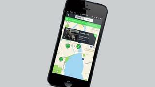 iPhone mit Stadtplan und Markierungen auf dem Bildschirm.