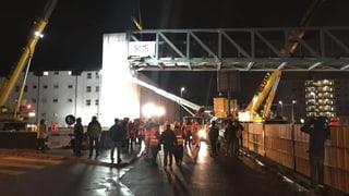 Wie in einer Dezembernacht über der Autobahn Brücken entstehen - das Zeitraffer-Video