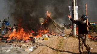Die Proteste gegen den pakistanischen Justizminister sind in Gewalt umgeschlagen.