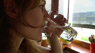 Viel Wasser trinken bei Blasenentzündungen (Artikel enthält Video)
