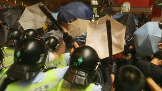 Regenschirm gegen Schlagstock – Bilder von der Front