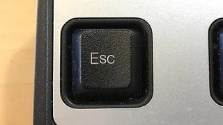 Für den ESC gibt es die Taste oben links