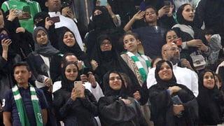 Saudische Frauen erstmals in Fussballstadion
