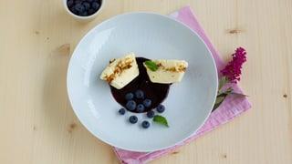 Vanilleparfait mit gebrannten Mandeln, dazu Heidelbeersauce